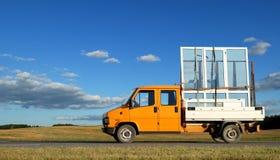 Camion che trasporta i winows double-glazed Fotografie Stock Libere da Diritti