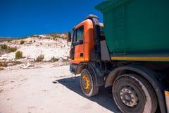 Camion che trasporta marmo localmente estratto fotografia stock