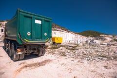 Camion che trasporta marmo localmente estratto fotografie stock