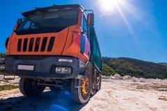 Camion che trasporta marmo localmente estratto fotografie stock libere da diritti