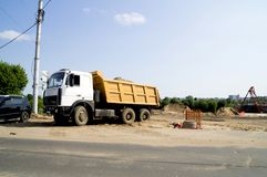 Camion che trasporta sabbia su un cantiere fotografia stock libera da diritti