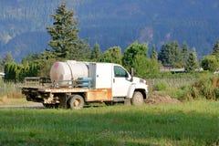 Camion chimique mobile de pesticide de ferme photographie stock