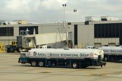 Camion-citerne aspirateur d'aéroport à l'aéroport de Philadelphie, Etats-Unis Images libres de droits