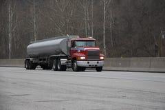 Camion-citerne aspirateur d'essence ou de gaz Photo stock