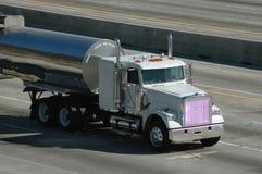 Camion-citerne aspirateur sur l'autoroute Image stock