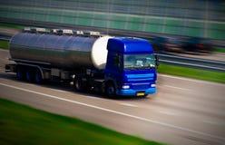 Camion-citerne aspirateur sur l'autoroute Photo libre de droits