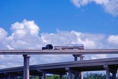 Camion-citerne aspirateur sur la passerelle Photographie stock libre de droits