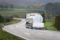 Camion-citerne aspirateur sur la route Image stock