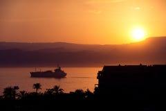 Camion-citerne dans le coucher du soleil Photos libres de droits