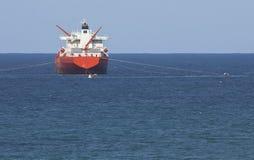 Camion-citerne de gaz sur l'océan avec le ciel bleu Photo libre de droits