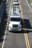 Camion-citerne sur l'omnibus photos libres de droits