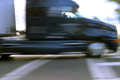 Camion commercial sur le mouvement images stock