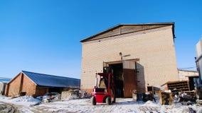 Camion con ascensore sul sito di produzione Metraggio di riserva Piccolo carrello elevatore a forcale che guida sul sito di produ archivi video