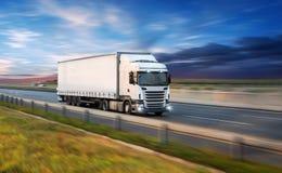 Camion con il contenitore sulla strada, concetto del trasporto del carico immagini stock