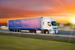 Camion con il contenitore sulla strada, concetto del trasporto del carico immagine stock