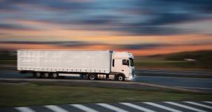 Camion con il contenitore sulla strada, concetto del trasporto del carico fotografia stock