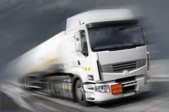 Camion con il serbatoio di combustibile nel movimento Fotografia Stock