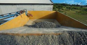 Camion con la sabbia in una cava di ghiaia fotografie stock libere da diritti