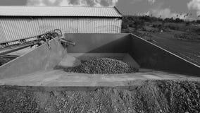 Camion con la sabbia in una cava di ghiaia immagini stock