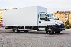 Camion con un contenitore in una zona residenziale della città Fotografia Stock