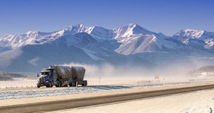 Camion conduisant en montagnes Photo stock