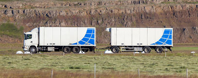 Camion conduisant par une zone rurale images stock