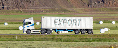 Camion conduisant par une zone rurale - exportation photo stock