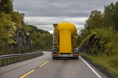 Camion conduisant sur des montagnes Images libres de droits