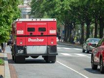 Camion corazzato di Dunbar parcheggiato su una via fotografie stock libere da diritti