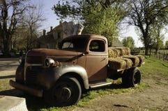 Camion d'annata in un'azienda agricola Immagine Stock Libera da Diritti