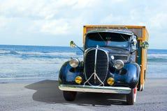 Camion d'antiquité à la plage Photo libre de droits
