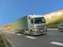 Camion d'argento sulla strada Immagini Stock Libere da Diritti