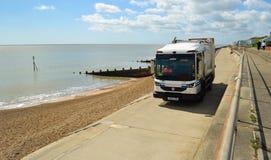Camion d'enlèvement des ordures sur le Suffolk Angleterre de Felixstowe de promenade de bord de mer image libre de droits