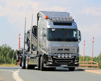 Camion d'exposition de Volvo sur la route Image libre de droits