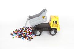 Camion d'isolement de jouet disposant la perle sur un fond de moment Image libre de droits