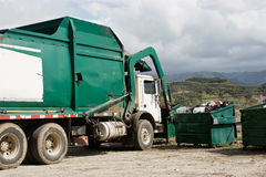 Camion d'ordures effectuant une camionnette de livraison Photos stock