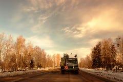 Camion d'ordures sur la route de l'hiver photographie stock