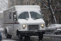 Camion d'USPS dans la tempête de neige dans le Bronx photos libres de droits