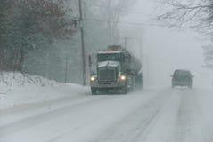 Camion dans la neige sur la route à deux voies Photo stock