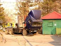 Camion dans la place de ville Photographie stock libre de droits