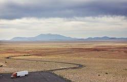 Camion dans le désert Photo stock