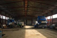 Camion dans le hangar Photographie stock