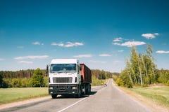 Camion dans le mouvement sur la route de campagne Voitures de mouvement sur l'autoroute en Europe Photos libres de droits