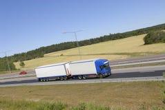 Camion dans le profil sur l'omnibus image libre de droits