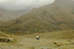 Camion dans une zone montagneuse abandonnée photo libre de droits