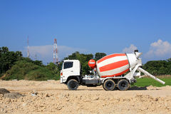 Camion de béton lourd sur le chantier de construction Image stock