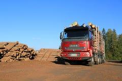 Camion de bois de construction de Sisu à la cour de bois de charpente de scierie Photographie stock libre de droits