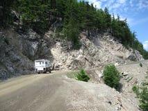 Camion de campeur dans les montagnes Photographie stock libre de droits