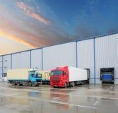 Camion de cargaison au bâtiment d'entrepôt Photo libre de droits