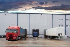 Camion de cargaison au bâtiment d'entrepôt Photos libres de droits